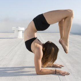 3 Gerakan Yoga Ini Lebih Ampuh Atasi Punggung Kaku Ketimbang Pijat